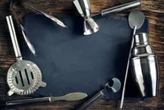 L'ensemble d'accessoires de barre pour faire des cocktails a arrangé sur un bois image stock