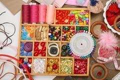 L'ensemble d'accessoires et de bijoux à la broderie, accessoires de couture vue supérieure, lieu de travail d'ouvrière couturière Photos stock