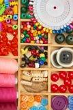 L'ensemble d'accessoires et de bijoux à la broderie, mercerie, accessoires de couture vue supérieure, lieu de travail d'ouvrière  Photos libres de droits