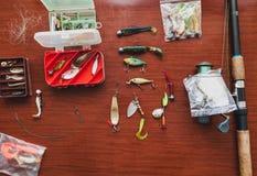 L'ensemble d'amorces artificielles pour la pêche de brochet se trouve sur la table Photographie stock