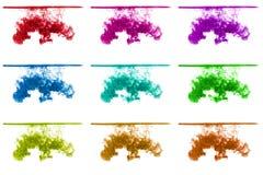 L'ensemble d'encre multicolore opacifie sous l'eau d'isolement sur le fond blanc encre dans l'eau avec la ligne de flottaison, ba Photo libre de droits