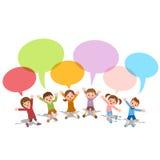 L'ensemble d'enfants avec le discours coloré de dialogue bouillonne illustration libre de droits