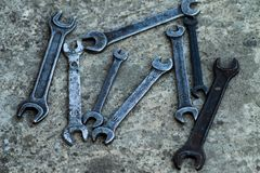 L'ensemble d'outil industriel pratique de clé a vendu des clés dans un outil pratique d'atelier mécanique Image libre de droits