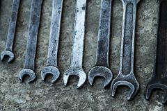L'ensemble d'outil industriel pratique de clé a vendu des clés dans un outil pratique d'atelier mécanique Photo libre de droits