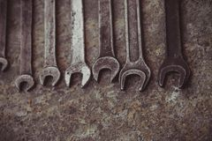 L'ensemble d'outil industriel pratique de clé a vendu des clés dans un outil pratique d'atelier mécanique Photographie stock libre de droits