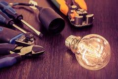 L'ensemble d'outils le plus essentiel pour des électriciens de réparations image libre de droits