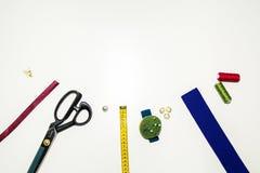 L'ensemble d'ouvrières couturières, rubans d'artisanat, fils, ciseaux, aiguilles, accessoires sont sur la vue supérieure de table photos stock
