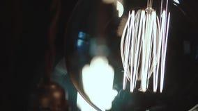 L'ensemble de belles petites lampes ? lueur dans une chambre noire, les lampes balancent, plan rapproch? banque de vidéos