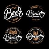 L'ensemble de bière et la brasserie remettent écrit la lettre du logo, label, l'insigne, emblème pour le bar illustration libre de droits