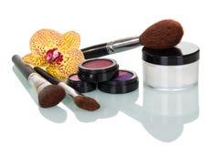 L'ensemble de brosses de cosmétique et les outils préparent d'isolement sur le blanc Photo libre de droits