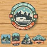 L'ensemble de colonie de vacances badges sur le conseil en bois Vecteur Photographie stock libre de droits
