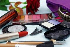 L'ensemble de cosmétique avec les brosses et le faux oeil fouette avec composent le sac, Photographie stock libre de droits