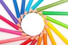 L'ensemble de couleur crayonne dans la forme du soleil Images stock