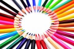 L'ensemble de crayons colorés colorés réalistes a rayé en cercles Images libres de droits