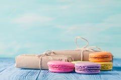 L'ensemble de divers pastel a coloré le macaron et les boîte-cadeau avec le ribbo photo libre de droits