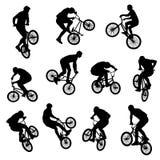 L'ensemble de 11 a isolé les silhouettes noires de sports de BMX image stock