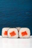 L'ensemble de Japonais simple roule avec les saumons, le riz et le nori dessus profondément Images stock