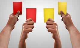 L'ensemble de mains tiennent la carte rouge et jaune photographie stock libre de droits
