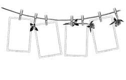 L'ensemble de modèle d'accrocher ouvert sur des pinces à linge sur la corde décorée des fleurs et du trèfle laisse la belle compo illustration de vecteur