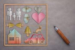 L'ensemble de modèle de famille avec le papier a coupé le style plat et le crayon en bois Images libres de droits