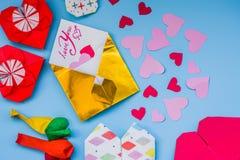 L'ensemble de partie de ballons colorés, origami empaquettent des coeurs, fond d'onblue d'enveloppes Ensemble de Saint Valentin Images libres de droits