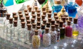 L'ensemble de petites bouteilles transparentes a rempli de perles Image stock