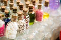 L'ensemble de petites bouteilles transparentes a rempli de perles Images stock