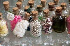 L'ensemble de petites bouteilles transparentes a rempli de perles Photo stock