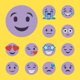 L'ensemble de pourpre sourit des visages de personnage de dessin animé d'emoji Images libres de droits