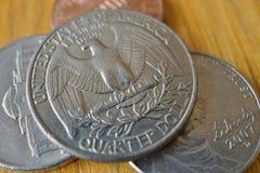 L'ensemble de quart de dollar argenté invente la devise aux Etats-Unis, dollar américain sur le fond en bois Images libres de droits