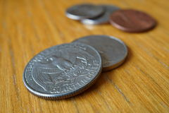 L'ensemble de quart de dollar argenté invente la devise aux Etats-Unis, dollar américain sur le fond en bois Photos stock