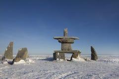 L'ensemble de roches et un inuksuk ou un inukshuk a trouvé près de Churchill Image stock