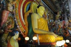L'ensemble de statues de Bouddha et de petits stupas dans le temple de Gangaramaya, Colombo Gangaramaya est des mensonges bouddhi Photos libres de droits
