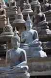 L'ensemble de statues de Bouddha et de petits stupas dans le temple de Gangaramaya, Colombo Gangaramaya est des mensonges bouddhi Images stock