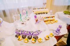 L'ensemble de table de mariage couvert avec différents bonbons et la friandise signent Photographie stock libre de droits