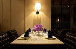 L'ensemble de table pour le dîner avec la chaise en cuir photos stock