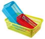 L'ensemble de trois petits paniers en plastique colorés vident des purpos domestiques Image libre de droits