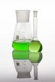 L'ensemble de verrerie de laboratoire a rempli de liquides vibrants. Photographie stock libre de droits