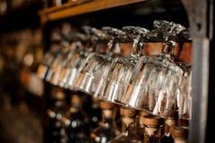 L'ensemble de verres vides et propres a arrangé dans la ligne photos stock