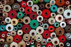 L'ensemble filète le beige brun vert clair rouge chaud de couture de palette multicolore différente de couture de couleur différe Image stock