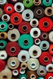 L'ensemble filète le beige brun vert clair rouge chaud de couture de palette multicolore différente de couture de couleur différe Photo libre de droits