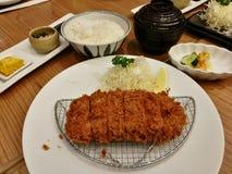 L'ensemble frit de chou de tranche de porc a servi avec du riz et soupe, citron et mayonnaise ou sauce à tartre dans le restauran Photographie stock libre de droits
