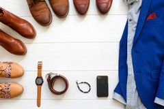 L'ensemble plat de configuration de chaussures brunes a entouré autour du costume bleu des hommes avec s Photo libre de droits