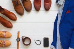 L'ensemble plat de configuration de chaussures brunes a entouré autour du costume bleu des hommes avec s Images stock