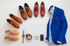 L'ensemble plat de configuration de chaussures brunes a entouré autour du costume bleu des hommes avec s Photos libres de droits