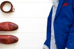 L'ensemble plat de configuration des vêtements des hommes classiques tels que les chaussures brunes, ceinturent a Photo stock