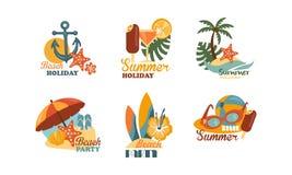 L'ensemble plat de vecteur d'emblèmes s'est rapporté au thème de vacances d'été Éléments pour l'affiche de partie de plage illustration libre de droits
