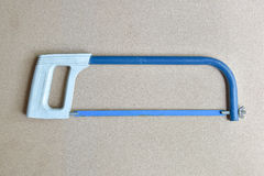 L'entaille bleue de main a vu l'outil pour la coupe en métal image stock