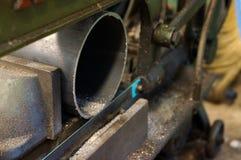 L'entaille a vu le tuyau d'acier cru en métal de coupe de machine image libre de droits
