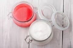 L'ente diy naturale dello zucchero e del sale della calce sfregano ed il burro del corpo Fotografie Stock